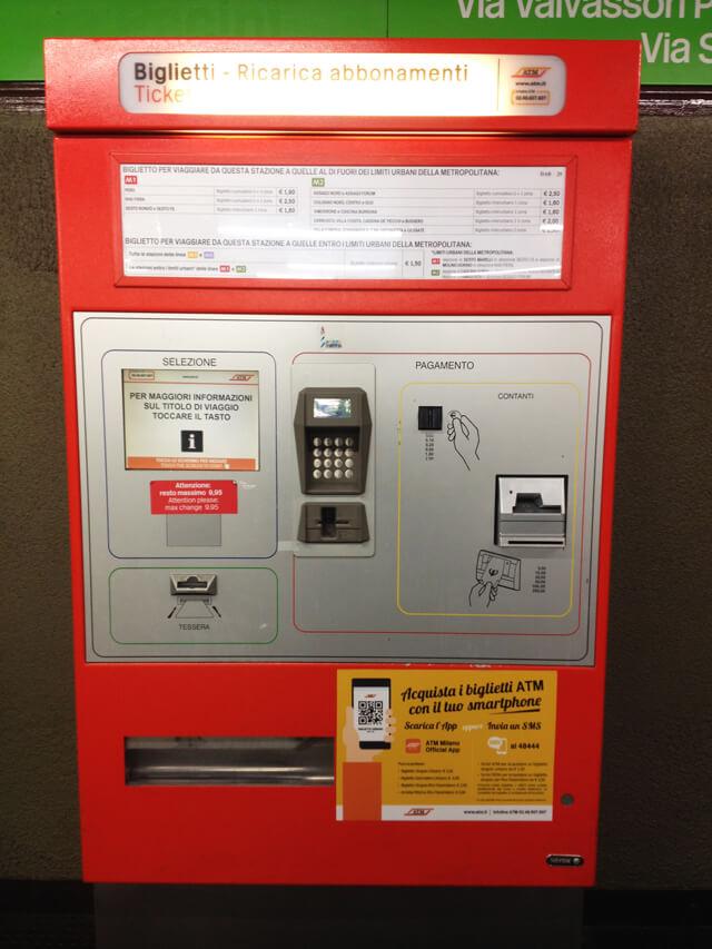大紅色的售票機 - 購買交通票